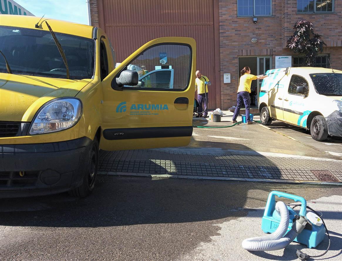 desinfectando los vehículos