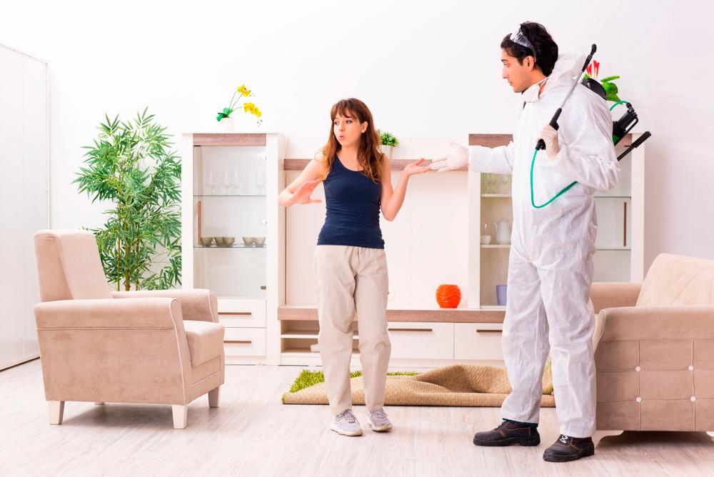 Técnico de plagas en casa del cliente